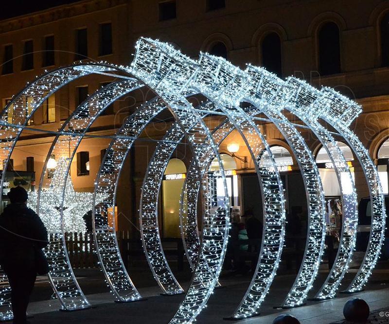 Natale, luminarie natalizie, luci, tunnel luminoso,sfera luminosa, regali