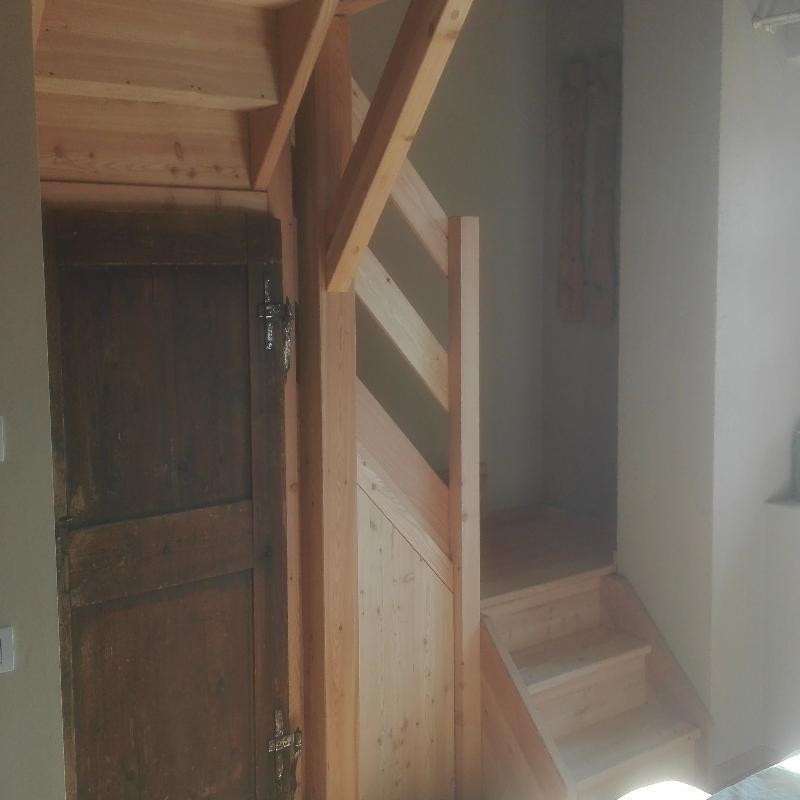 scala in larice massiccio con vano armadio sottoscala