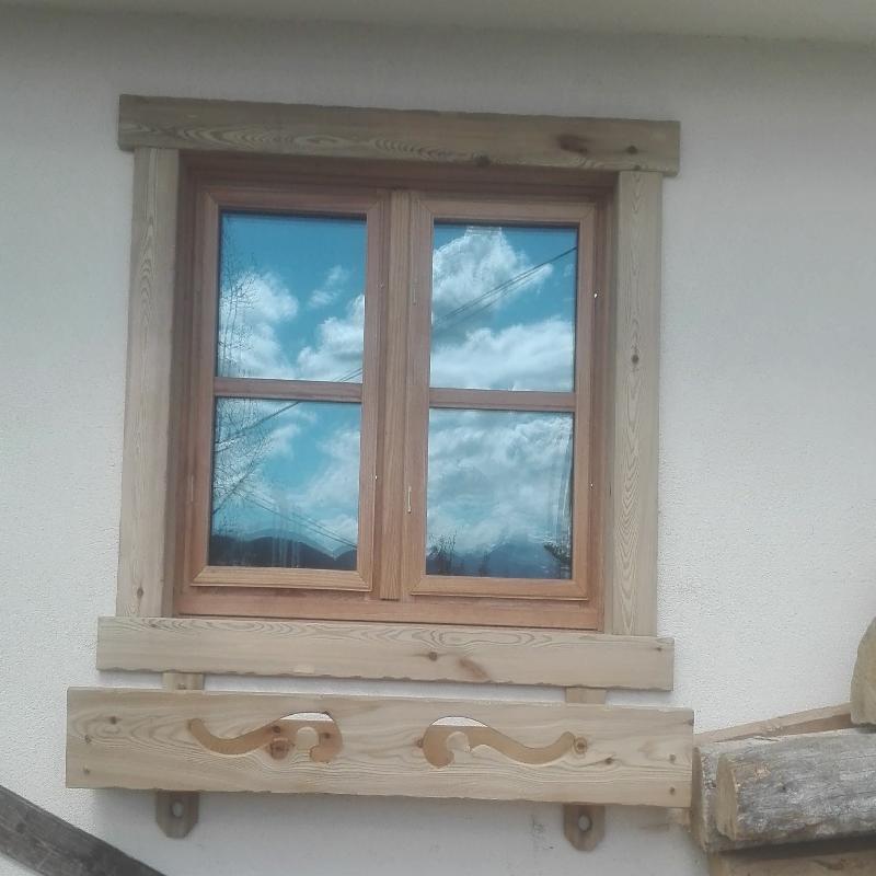 finestra con fioriera in larice massiccio