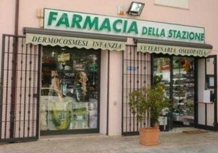 Via zanardi spaccata in farmacia serranda sfondata per euro