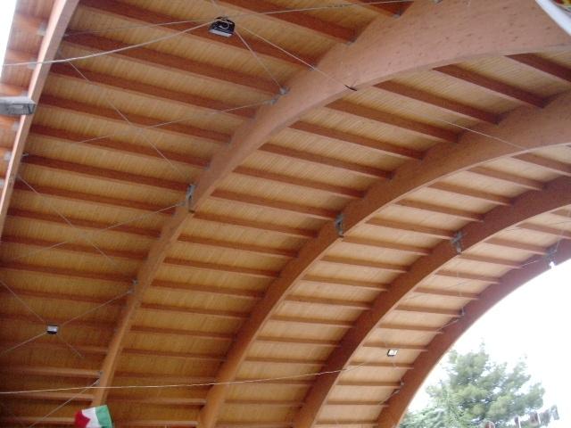Copertura in legno curva per impianto sportivo