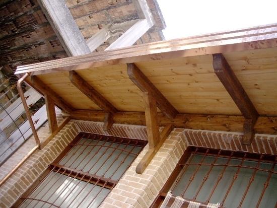 Balcone a sbalzo in legno