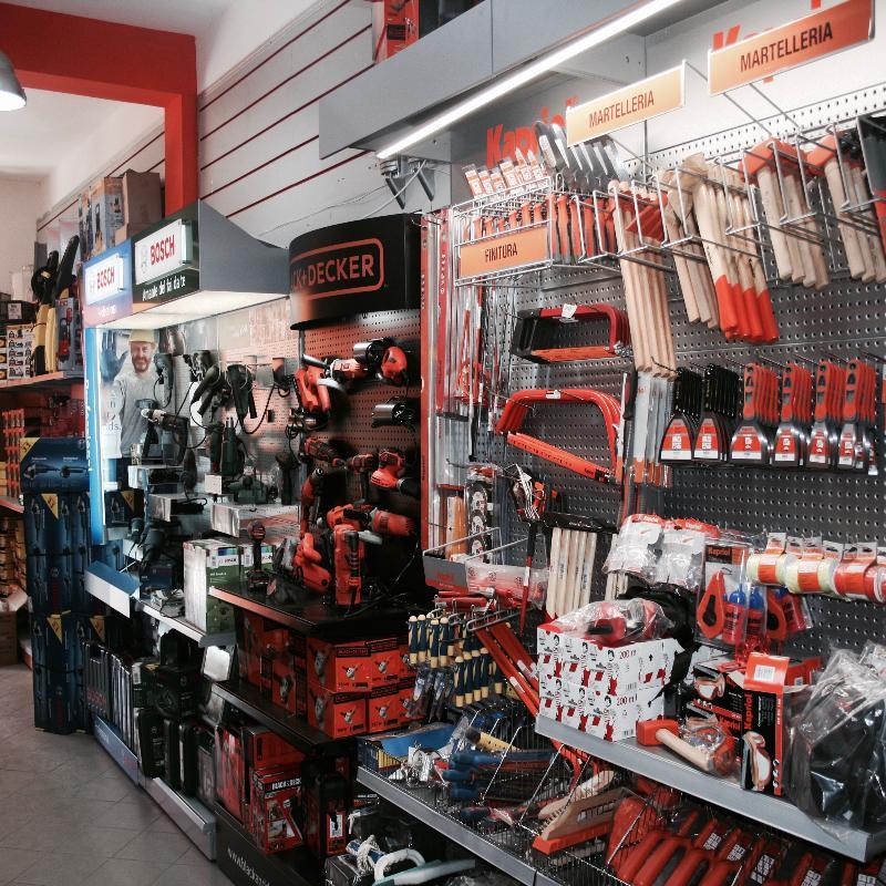 Colori, utensili, smalti, ferramenta