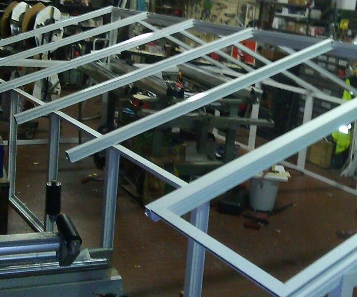 Struttura e copertura a falde per lucernaio in alluminio e vetro.