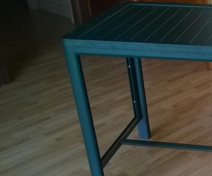 Tavolo da giardino con piedini regolabili realizzato in alluminio