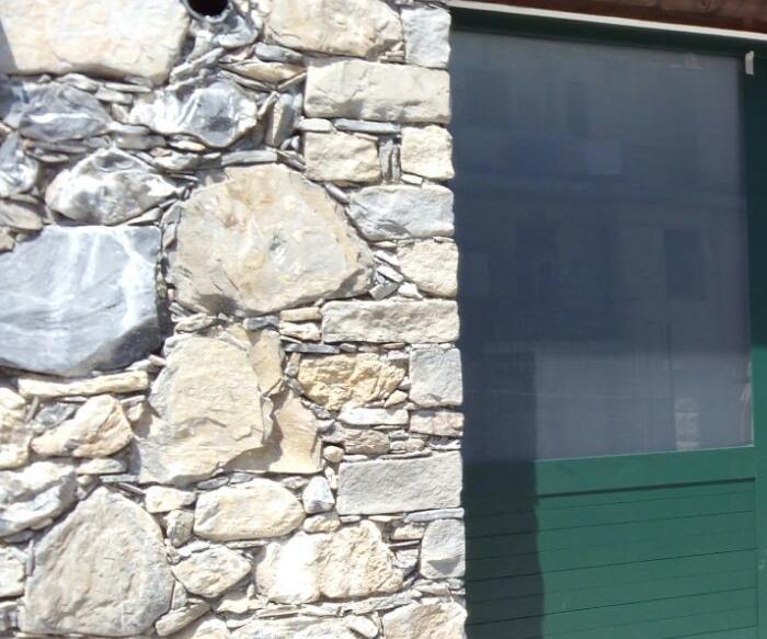Portone per garage a 3 ante in alluminio e vetro.